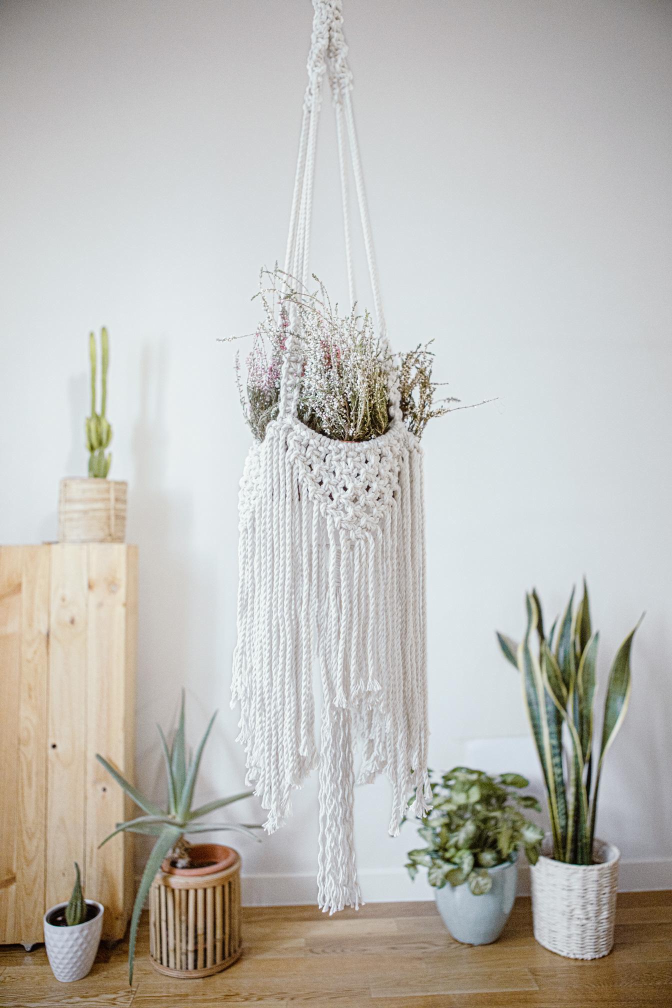Macetero artesanal de macramé fabricado en algodón ecológico en color crudo