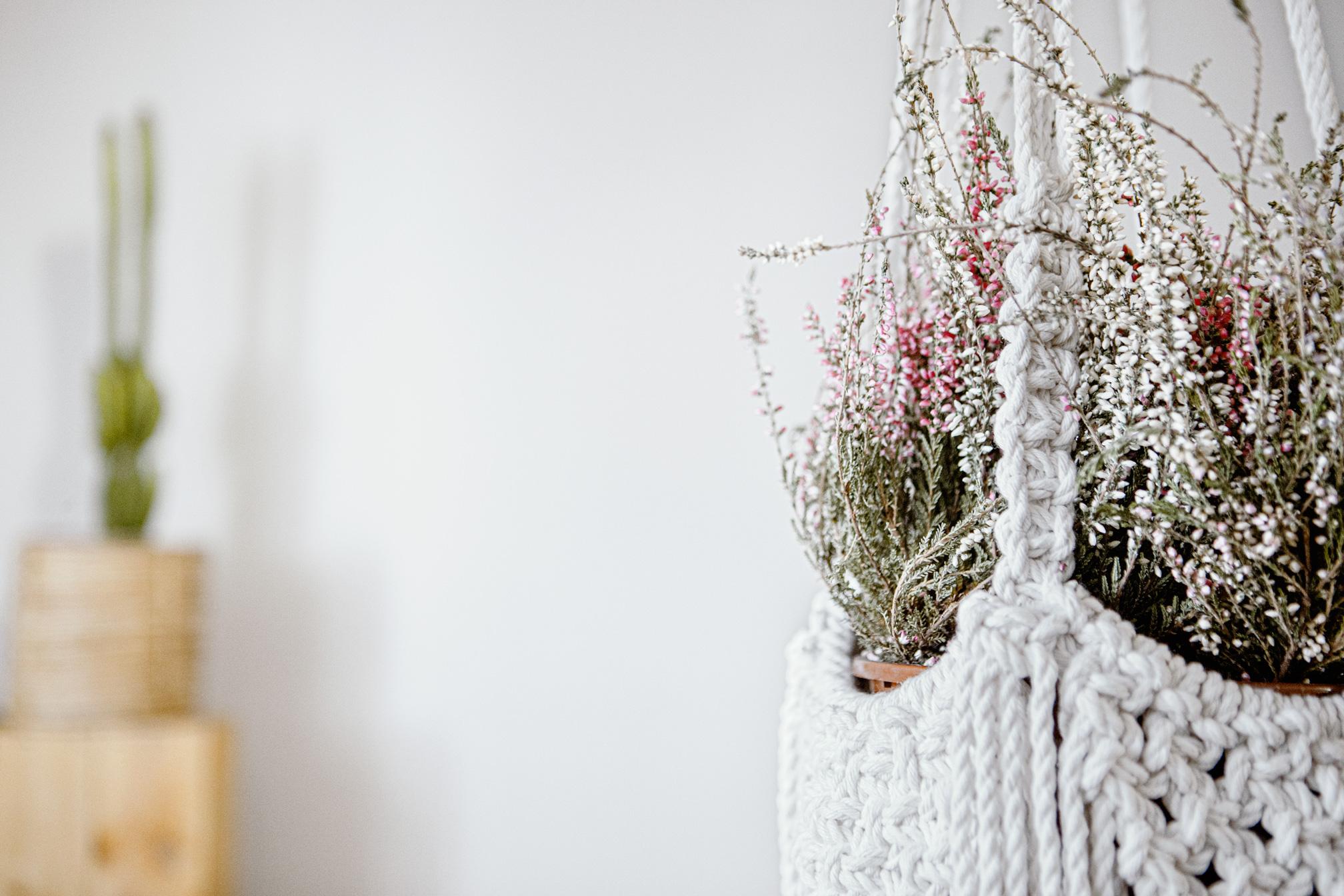 Detalle lado de macetero artesanal de macramé fabricado en algodón ecológico en color crudo