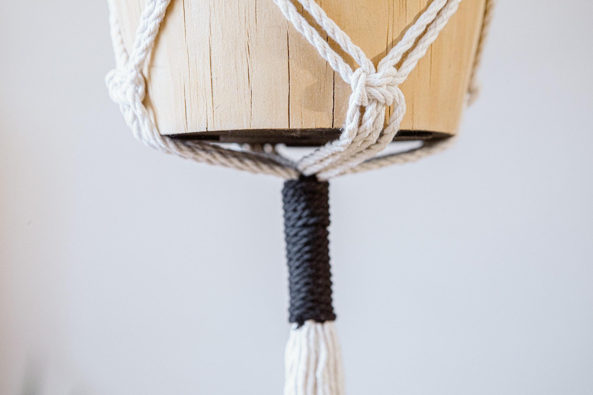 Detalle parte de abajo de macetero artesanal de macramé fabricado en algodón ecológico en color crudo con detalles negros
