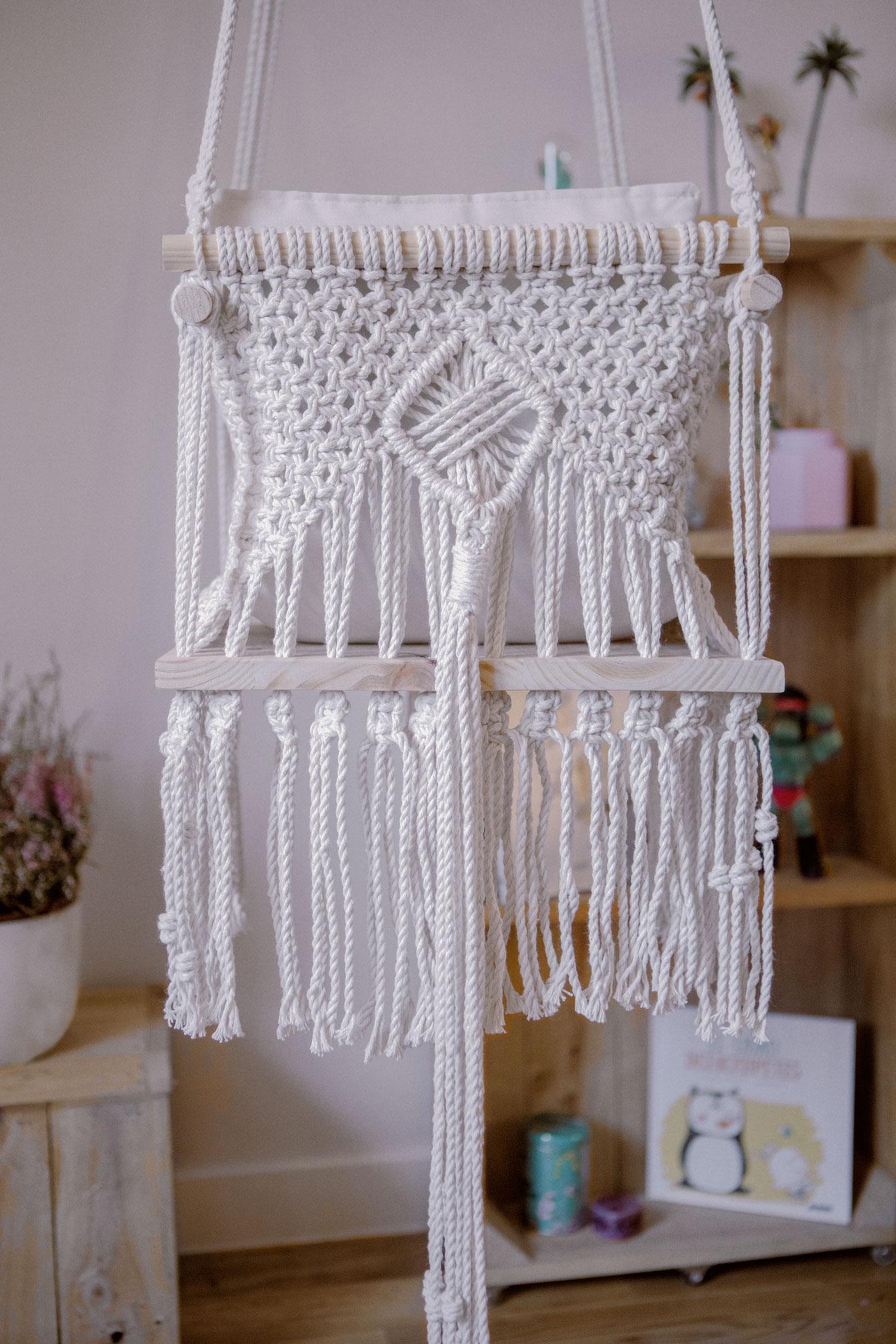 Parte de atrás de Silla infantil de macramé hecha a mano con materiales sostnibles y un cojín con respaldo relleno de guata