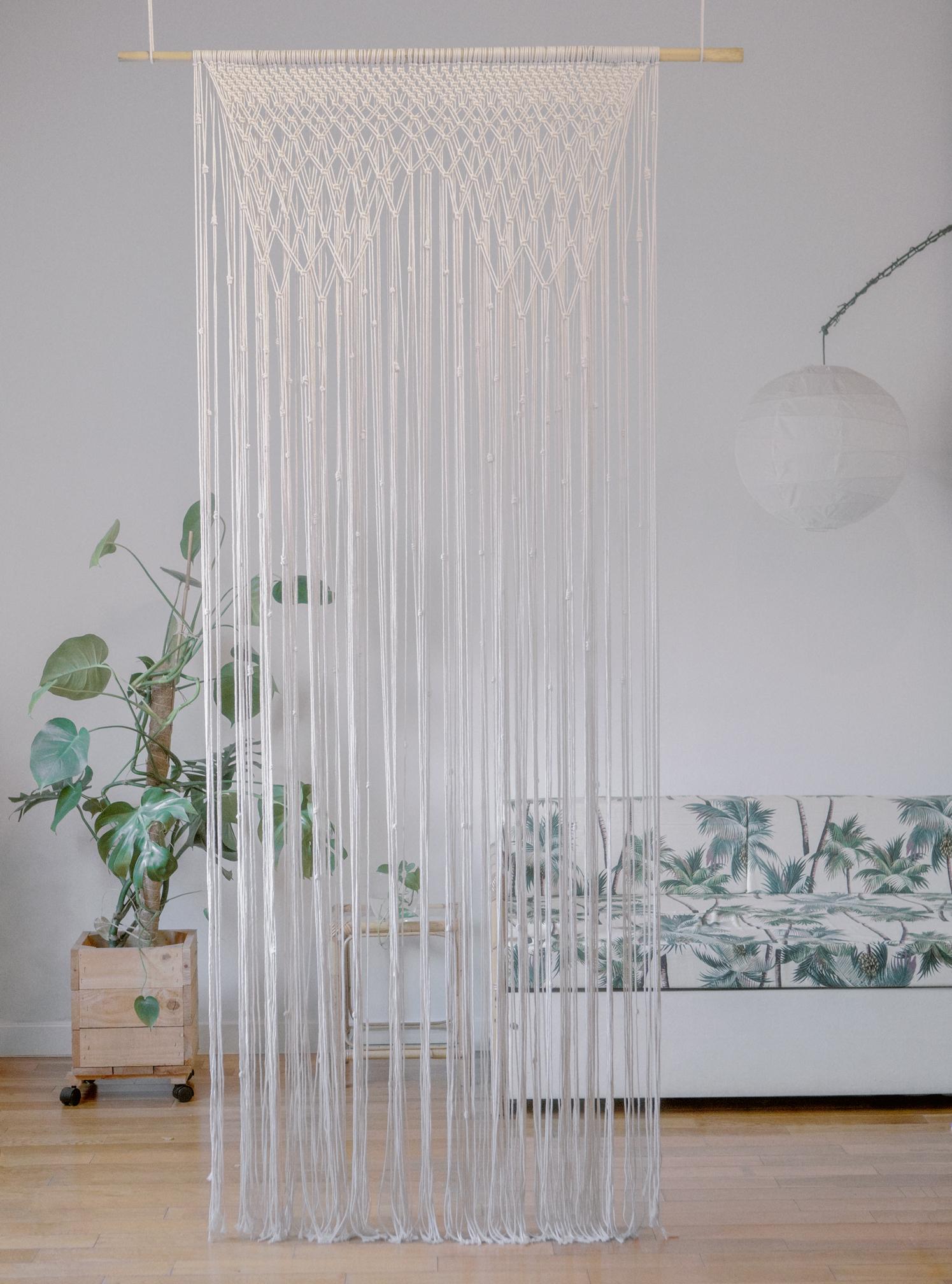 Tapiz de macramé hecho de forma artesanal con un estilo étnico y fabricado con materiales responsables con el medio ambiente