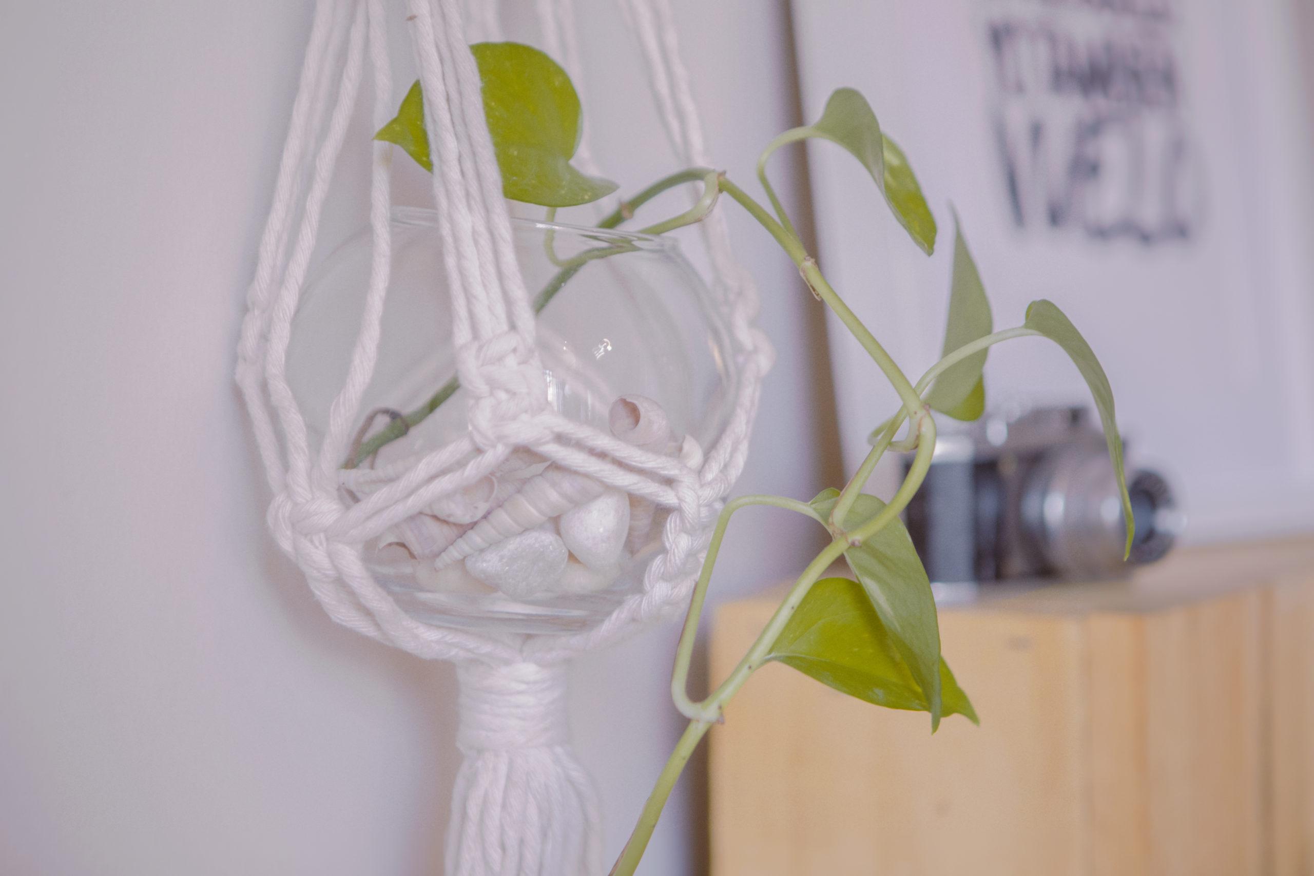 Macetero artesanal de macramé hecho con madera de la sierra de guadarrama y cuerdas de algodón ecológicas