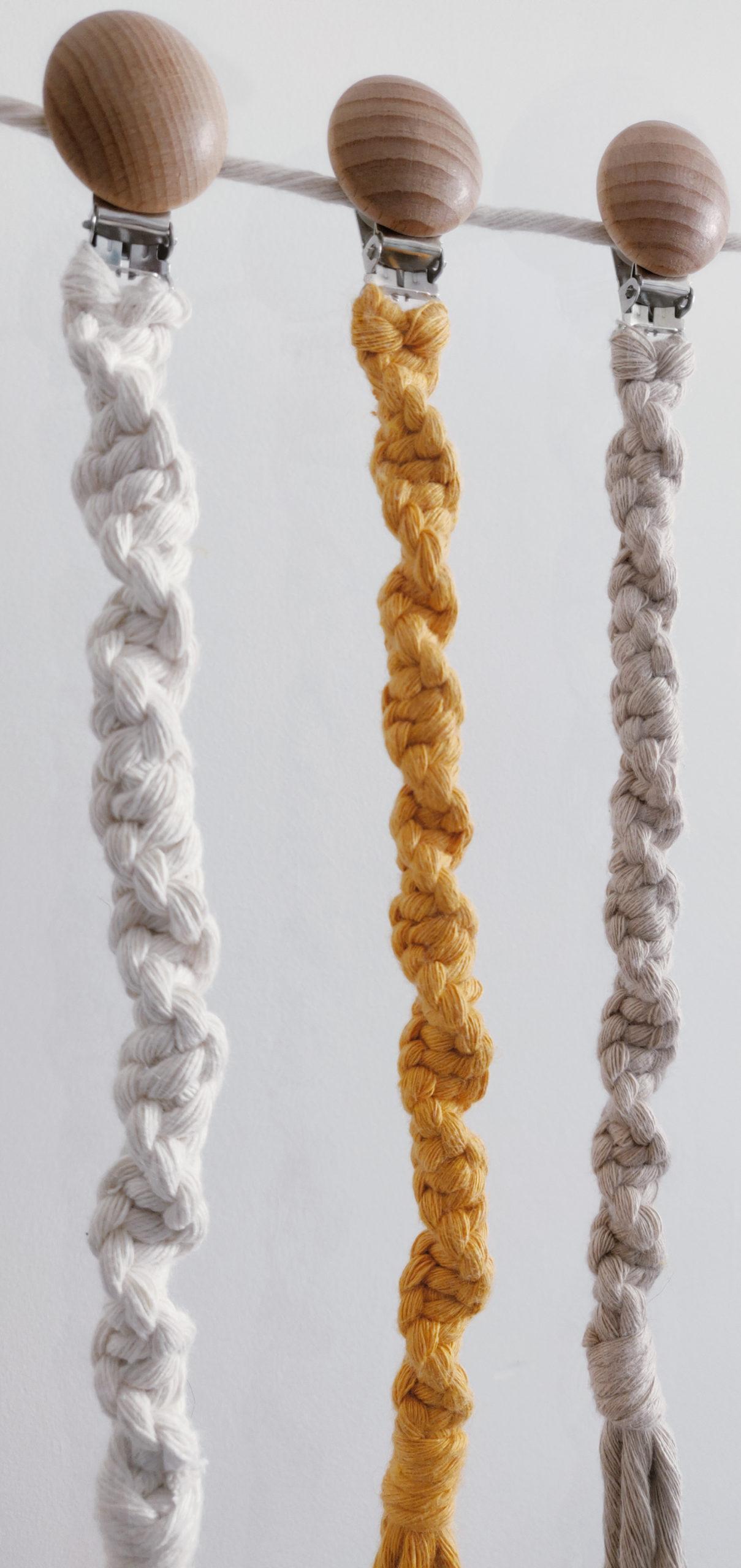 Chupeteros de macramé hechos a mano en algodçon ecológico de color crudo, mostaza, rustic y rosa amanecer